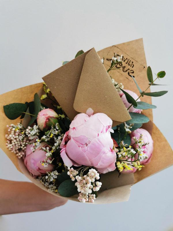 offrir un bouquet de fleurs avec une carte